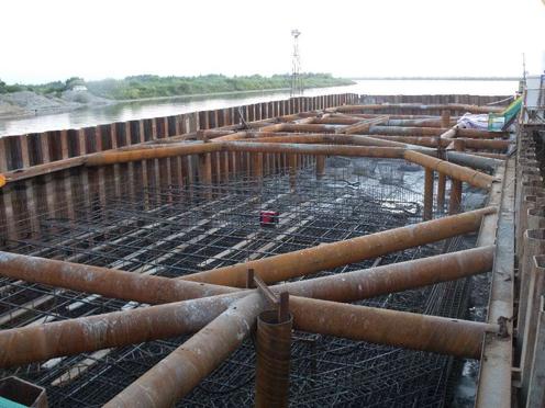 地下管道厢涵钢板桩施工现场
