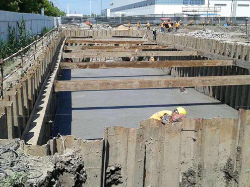 基坑钢板桩施工现场
